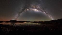 Chile Nationalpark Lauca Vulkan Parinacota Milchstraße Panorama Spiegelung