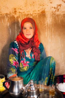 Marokko Hoher Atlas Lehmhaus Mädchen Tee