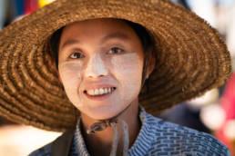 Myanmar Markt Junge Frau Huebsch Thanaka Maske