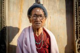 Nepal Kathmandu Alte Frau Falten Holztuer Abendsonne