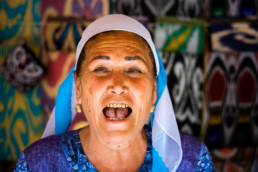 Usbekistan Frau Markt Goldzaehne